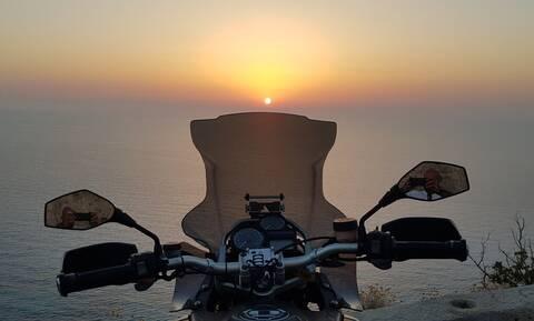 Ανέβηκε στη μοτοσικλέτα και πήγε στα πιο απίθανα μέρη στην Ελλάδα!