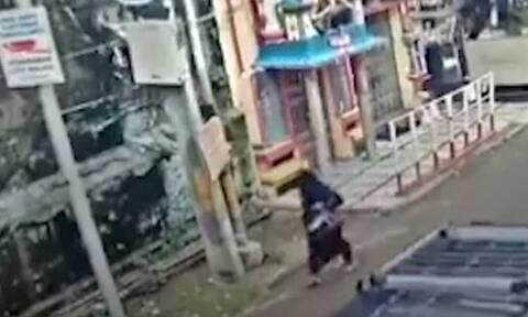 Κτήριο γκρεμίζεται τη στιγμή που περνάει από μπροστά γυναίκα (video)