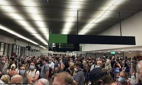 Κορονοϊός Ρόδος: «Χάος» στο αεροδρόμιο  - Απίστευτες εικόνες συνωστισμού
