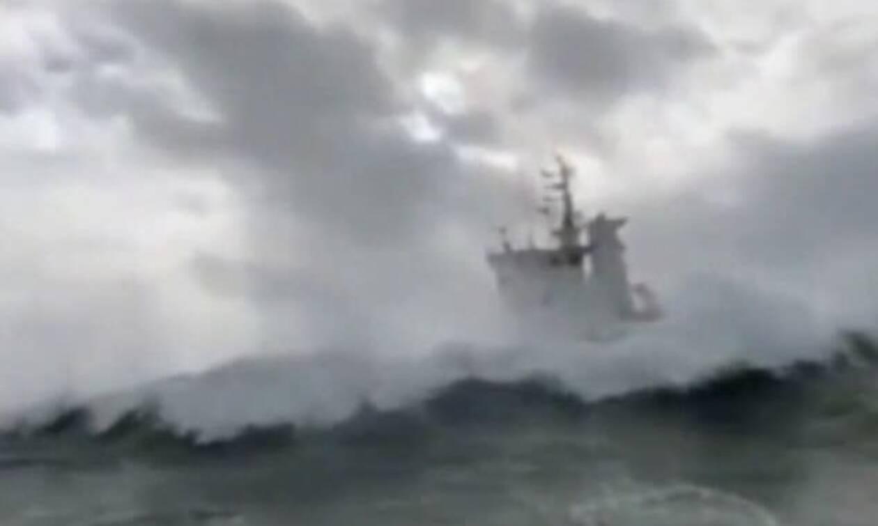 Εικόνες που... κόβουν την ανάσα: Ρυμουλκά παλεύουν με κύματα έξι μέτρων! (video)