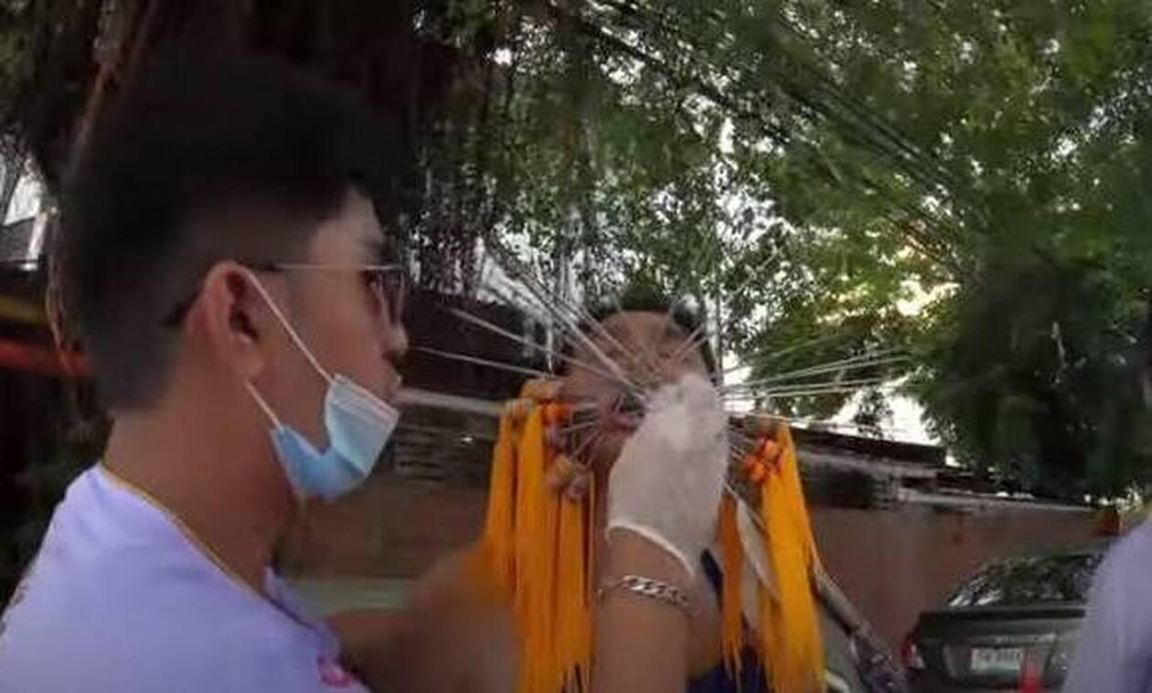 Ανατριχιαστικές εικόνες: Πιστοί τρυπούν τα μάγουλα τους για τον κορονοϊό! (video)
