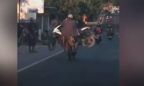 Απίθανος τύπος κουβαλάει με το μηχανάκι του... άλλο μηχανάκι! (video)