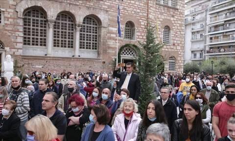 Άγιος Δημήτριος - Θεσσαλονίκη: Συνωστισμός των πιστών - Χωρίς μάσκες οι ιερείς (vids)