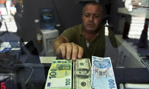 «Χαροπαλεύει» ο Ερντογάν: Κατέρρευσε η τουρκική λίρα