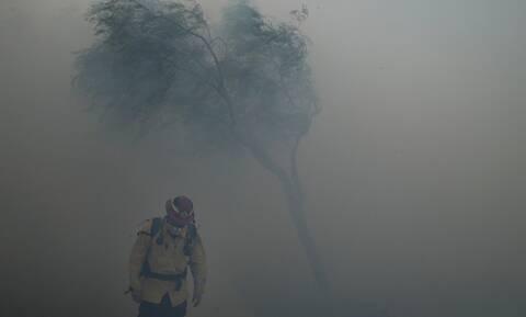 ΗΠΑ: Μεγάλη πυρκαγιά σε θαμνώδη έκταση στην Καλιφόρνια, απομακρύνθηκαν 60.000 κάτοικοι