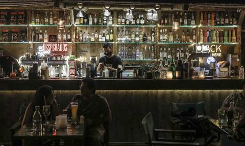 Κορονοϊός: Αστυνομικός «έσπασε» την καραντίνα - «Πιάστηκε» να πίνει ποτά σε μπαρ του Πειραιά