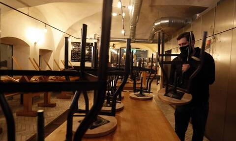 Κορονοϊός Τσεχία: Απαγόρευση κυκλοφορίας και περιορισμούς λειτουργίας σε καταστήματα λιανικής
