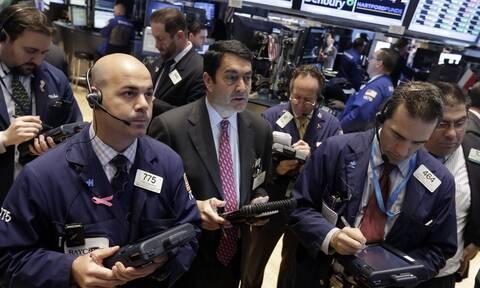 Καθίζηση στη Wall Street υπό το βάρος της έξαρσης της πανδημίας - Κατρακύλα για το πετρέλαιο
