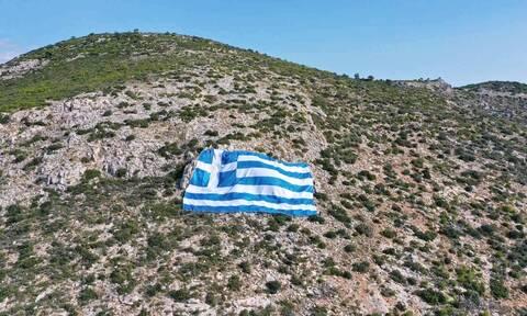 28η Οκτωβρίου: Γιγάντια ελληνική σημαία στον Υμηττό