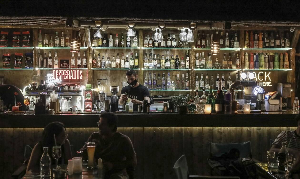 Κορονοϊός: Ξέφρενο γλέντι με χορούς σε μπαρ στο Παγκράτι παρά τους περιορισμούς