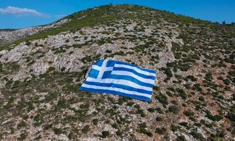 28η Οκτωβρίου: H γιγάντια ελληνική σημαία στον Υμηττό (pics)