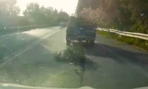 Οδηγός αγροτικού σκορπάει τον τρόμο στην Εθνική (video)