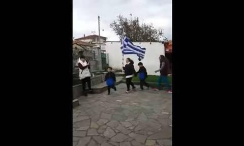 28η Οκτωβρίου: Οικογένεια στα Σιάτιστα έκανε παρέλαση στην αυλή του σπιτιού της