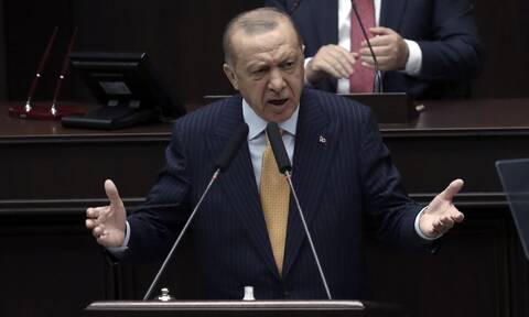 Ο Ερντογάν τον χαβά του: Υβρίζει τον Μακρόν, ενθαρρύνει τζιχαντιστές, αδιαφορεί για την Οικονομία