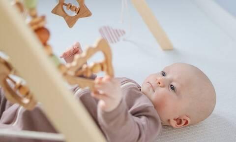 Με τι μπορεί να παίζει το μωρό μέσα στο σπίτι