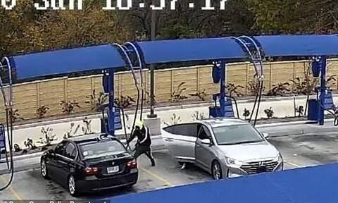 Απίθανος ληστής: Έκλεψε αμάξι μέσα από πλυντήριο αυτοκινήτων (video)