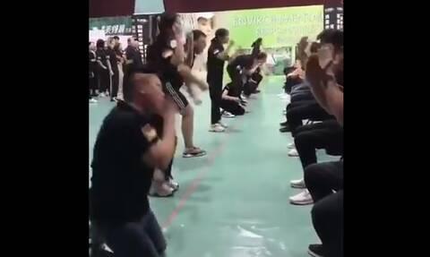 Κίνα: Υπάλληλοι αυτοχαστουκίζονται για να... σκληραγωγηθούν! (video)