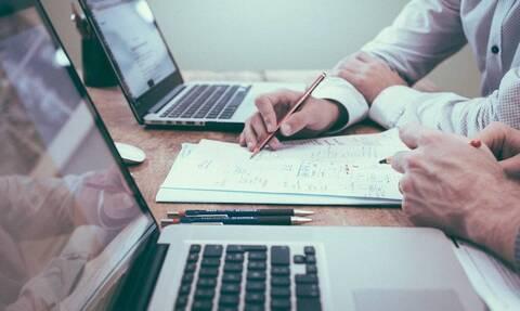 Αλλαγές στα εργασιακά: Πώς θα αμείβονται οι υπερωρίες - On-line παρακολούθηση και νέες αργίες