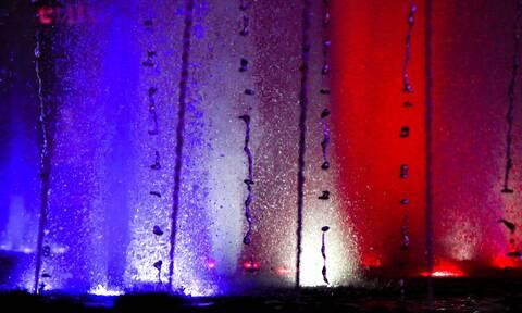 Το σιντριβάνι της Ομόνοιας στα χρώματα της Γαλλίας - Το μήνυμα Μπακογιάννη