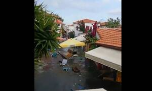 Σεισμός: Τρομακτικό βίντεο - Τσουνάμι παρασέρνει τα πάντα σε δρόμους στη Σμύρνη