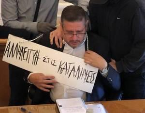 Αντιεξουσιαστές πέρασαν ταμπέλα στο λαιμό του πρύτανη της ΑΣΟΕΕ - Σοκάρει η εικόνα