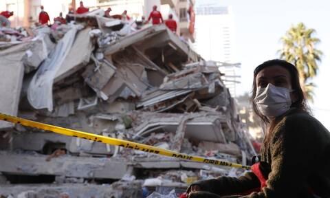 Σεισμός: Ώρες αγωνίας στην Τουρκία - Ψάχνουν επιζώντες στα ερείπια (pics+vid)