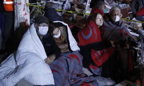 Σμύρνη: Συγκλονιστικές στιγμές στα χαλάσματα - Μία γυναίκα με τα 3 της παιδιά ανασύρθηκαν ζωντανοί