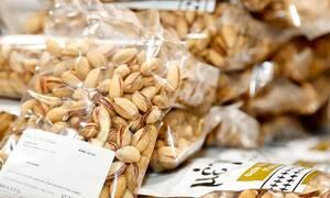 Κορονοϊός: «Έφαγε» πρόστιμο επειδή έτρωγε φιστίκια στο παγκάκι - Κέρδισε δωρεάν προϊόντα!