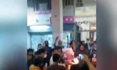 Ισλαμιστές έκαψαν εικόνες του Εμανουέλ Μακρόν στο κέντρο της Αθήνας