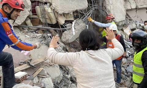 Σεισμός - Τουρκία: Μάχη με το χρόνο δίνουν οι διασώστες - 42 νεκροί, σχεδόν 900 τραυματίες