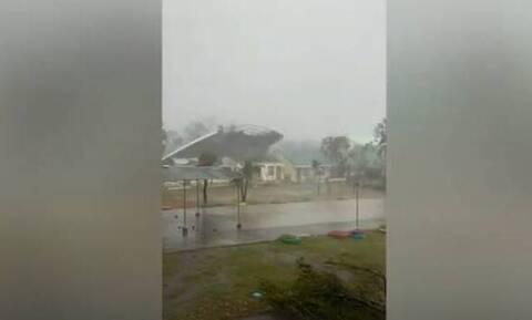 Φιλιππίνες: Η τρομακτική στιγμή που τυφώνας «ξεκολλάει» οροφή σχολείου (video)