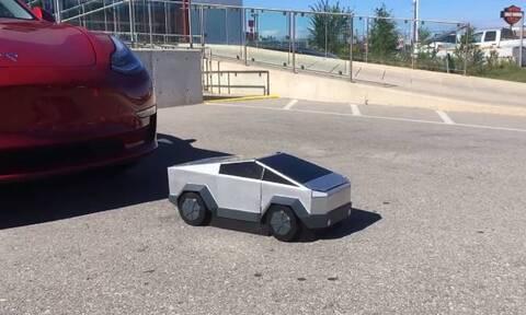 Απίθανος πιτσιρικάς: «Μετατρέπεται» σε αυτοκίνητο σαν Transformer (video)