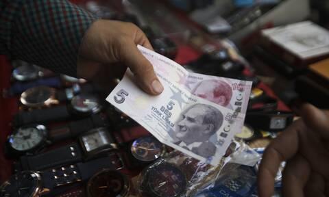 Ο Ερντογάν στην δίνη της οικονομίας: Η πτώση της λίρας και η επίθεση από το «τρίγωνο του διαβόλου»