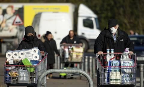 Κορονοϊός: Ο πανικός επέστρεψε στη Βρετανία - Άδειασαν τα ράφια των σούπερ μάρκετ λόγω lockdown