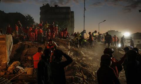 Σεισμός: Η Σμύρνη μετρά τις πληγές της - Τουλάχιστον 92 νεκροί