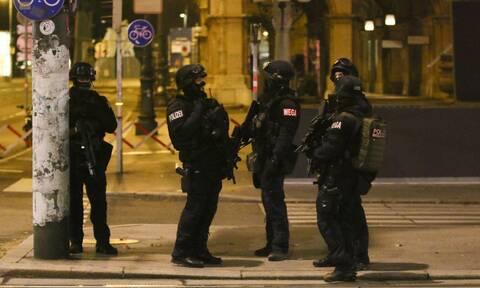 Ο εφιάλτης επέστρεψε: Τρομοκράτες «αιματοκύλησαν» τη Βιέννη – Τζιχαντιστής ο νεκρός δράστης