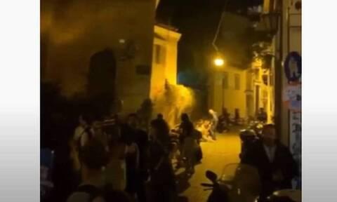 Lockdown: Μεζεδοπωλείο έβγαλε φέρετρο στο πεζοδρόμιο (video)