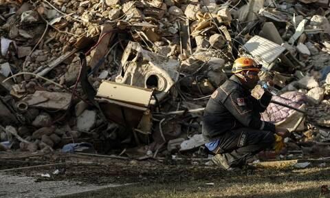 Σμύρνη: Σπαραγμός πάνω από τα ερείπια - Στους 113 οι νεκροί από το σεισμό