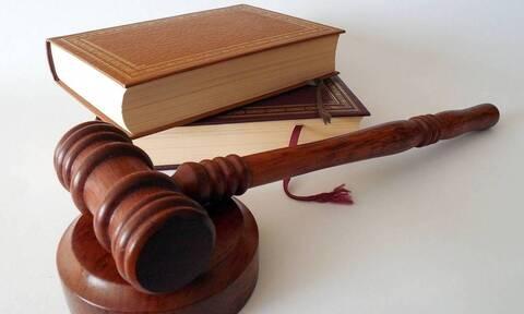 В Греции учительницу лицея суд приговорил к 1 году тюрьмы за отказ носить защитную маску