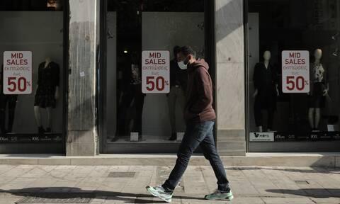 Lockdown: Κοσμοσυρροή από καταναλωτές στα καταστήματα προτού κλείσει η χώρα
