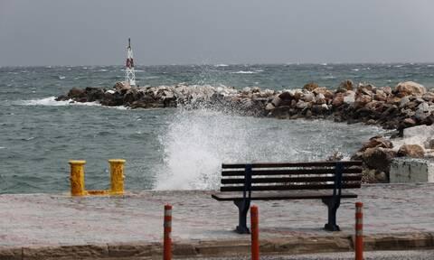 Καιρός: Θυελλώδεις άνεμοι με βροχές και καταγίδες - Πού θα χτυπήσουν τα φαινόμενα