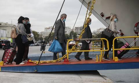 Lockdown: Εγκαταλείπουν την Αθήνα για τα νησιά - Αυξημένη κίνηση στο λιμάνι του Πειραιά