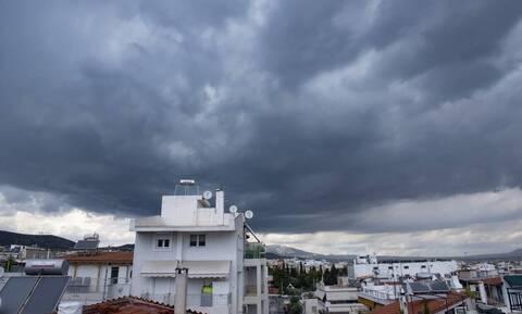 Άστατος ο καιρός το Σαββατοκύριακο: Βροχές, πτώση της θερμοκρασίας και ισχυροί άνεμοι