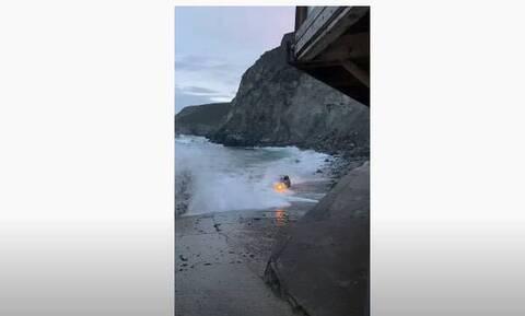 Πήγαν να δουν την ανατολή του ήλιου – Τα κύματα «κατάπιαν» την BMW τους! (video)