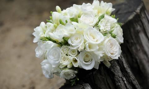 Η νύφη πέταξε την ανθοδέσμη στις φίλες της – Αυτό που ακολούθησε δεν το περίμενε κανείς (video)
