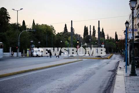 Ρεπορτάζ Newsbomb.gr: «Στοιχειωμένη» πόλη η Αθήνα - Άδειοι δρόμοι και παντού Αστυνομία