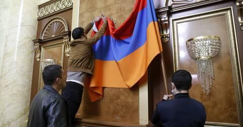 Ναγκόρνο-Καραμπάχ: Ταραχές στην Αρμενία - Εξαγριωμένοι πολίτες εισέβαλαν στο κοινοβούλιο