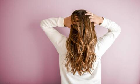Αυτό το υλικό έχεις σε αφθονία σπίτι σου και αποτελεί θησαυρό για τα μαλλιά σου