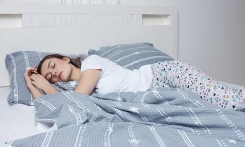 Το ρόφημα που καίει το λίπος ενώ κοιμάστε & πώς θα το φτιάξετε (βίντεο)