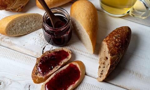 Αφράτα και τραγανά ψωμάκια που θα φτιάξετε σε χρόνο dt